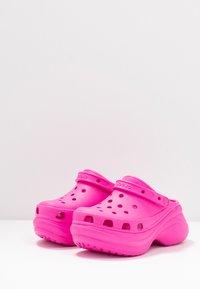 Crocs - CLASSIC BAE  - Heeled mules - electric pink - 4