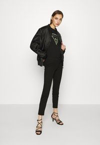 Guess - T-shirt con stampa - jet black - 1