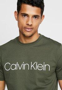 Calvin Klein - FRONT LOGO - T-shirt med print - green - 4