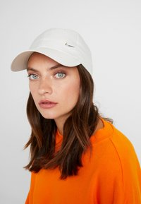 Nike Sportswear - UNISEX - Lippalakki - light bone/metallic silver - 4