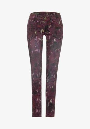 MIT BATIK-OPTIK - Slim fit jeans - rot