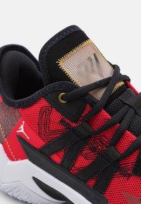 Jordan - ONE TAKE II - Basketbalové boty - university red/metallic gold/black/white - 5