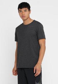 Nike Performance - T-shirts basic - black heather/metallic hematite - 0
