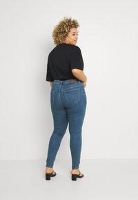 Vero Moda Curve - VMLORAMINA  - Jeans Skinny Fit - medium blue denim - 2