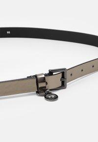 Emporio Armani - PATENT CHARM LOGO BELT - Belt - acciaio/grafite/steel/graphite - 2