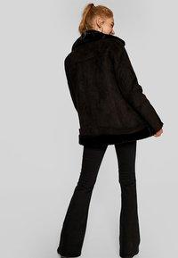 Stradivarius - Zimní kabát - black - 2