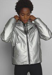 Nike Sportswear - Lehká bunda - metallic silver - 0