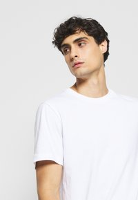 Selected Homme - SLHNORMAN O NECK TEE  - T-paita - bright white - 4