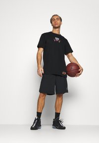 Mitchell & Ness - NBA CHICAGO BULLS DEADSTOCK CHAMPS TEE - Article de supporter - black - 1