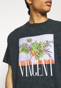 Vintage Supply - VASE PRINT TEE - Camiseta estampada - black - 4