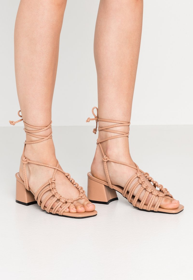 Lost Ink - ANKLE WRAP STRAPPY LOW BLOCK - Sandály - taupe
