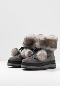 s.Oliver - Kotníkové boty na platformě - grey glitter - 4