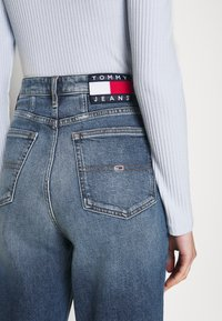 Tommy Jeans - MOM - Relaxed fit jeans - oslo light blue - 4