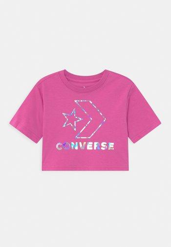 STAR CHEVRON IRIDESCENT - T-shirt print - active fuchsia