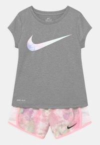 Nike Sportswear - SKY DYE TEMPO SET - T-shirt print - arctic punch - 0