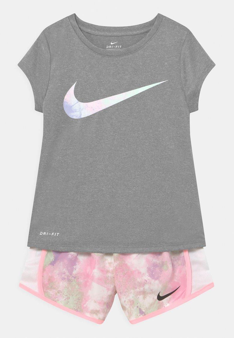Nike Sportswear - SKY DYE TEMPO SET - T-shirt print - arctic punch