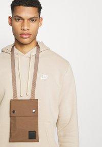 Nike Sportswear - CLUB HOODIE - Collegepaita - grain - 3