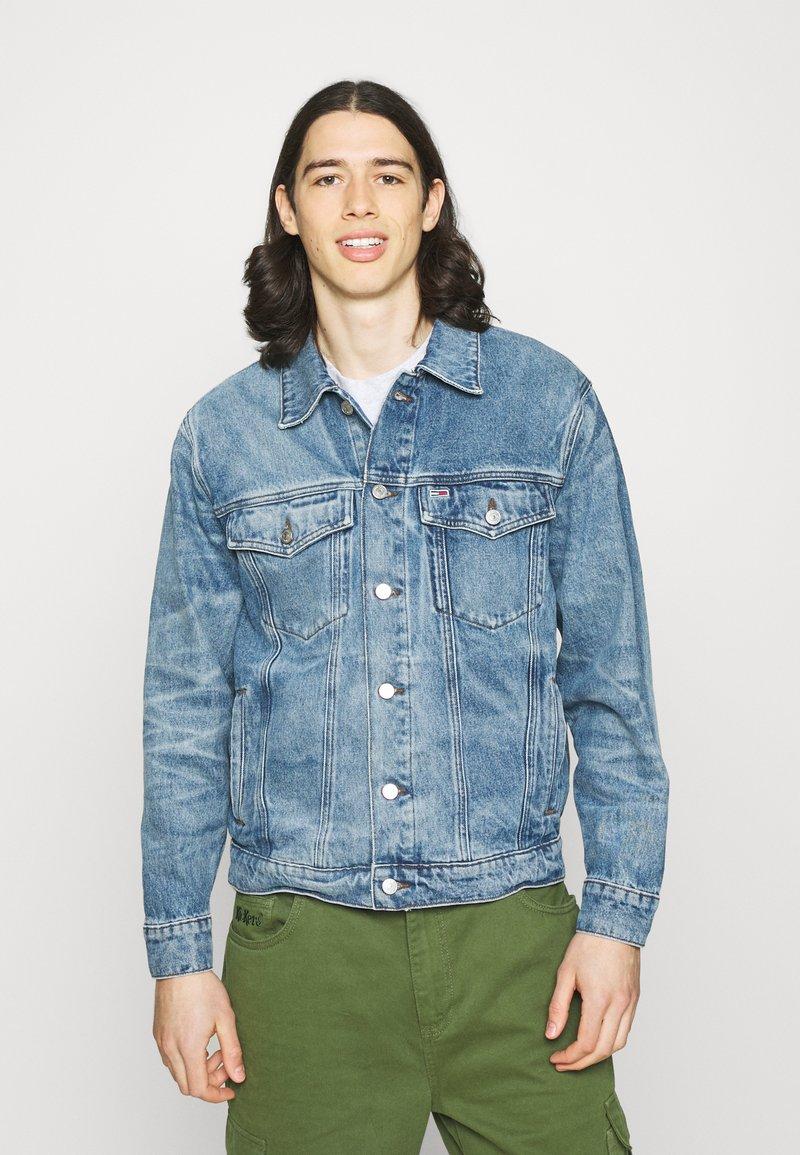 Tommy Jeans - TRUCKER UNISEX - Jeansjacka - blue denim