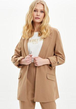 Abrigo corto - brown