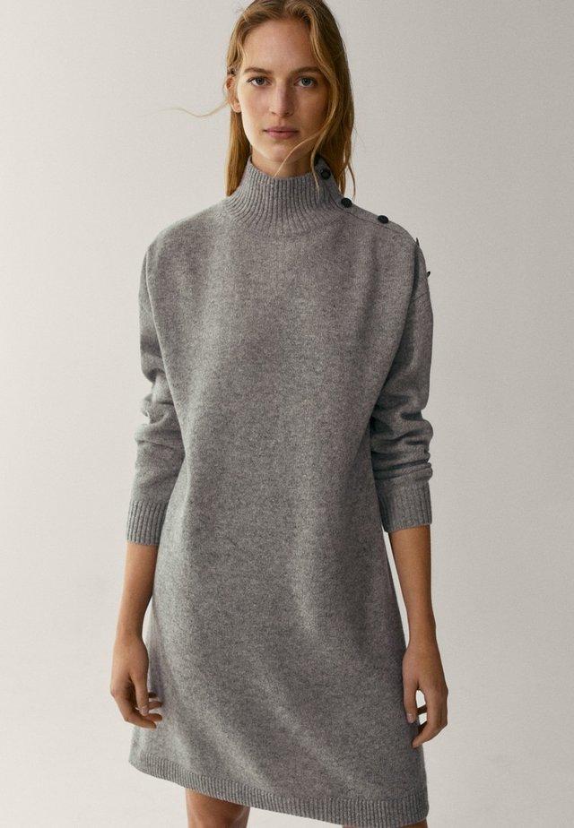 MIT KNÖPFEN AN DEN SCHULTERN - Gebreide jurk - grey