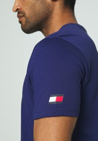 Tommy Hilfiger - TEE - T-shirt z nadrukiem - blue - 5