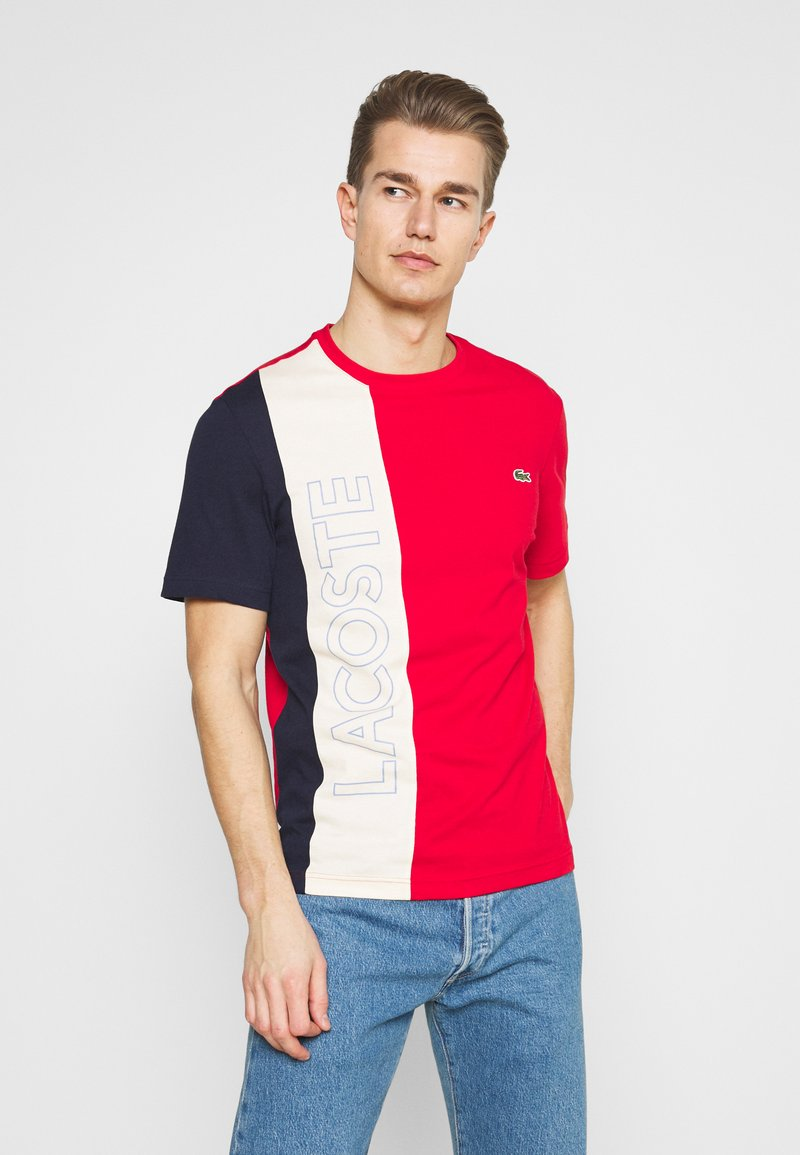 Lacoste - T-shirt print - rouge/naturel clair/marine