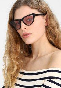 VOGUE Eyewear - GIGI HADID - Solbriller - black/pink - 1
