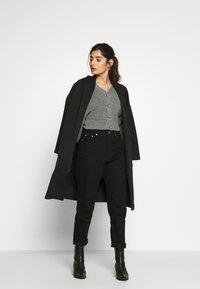 Gina Tricot Petite - DAGNY MOM - Slim fit jeans - black - 1