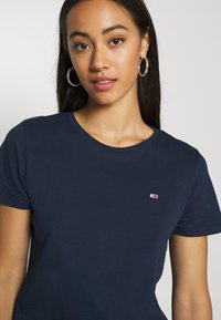 Tommy Jeans - SOFT TEE - T-shirt basic - navy - 4