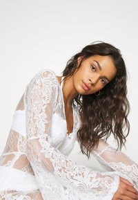 Missguided - PREMIUM LACE PLUNGE LONG SLEEVE MAXI DRESS - Doplňky na pláž - nude - 5