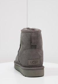 UGG - CLASSIC MINI II - Classic ankle boots - grey - 4