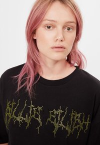 Bershka - MIT STRASS BILLIE EILISH X - Print T-shirt - black