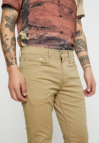 Levi's® - 512™ SLIM TAPER FIT - Tygbyxor - harvest gold - 4