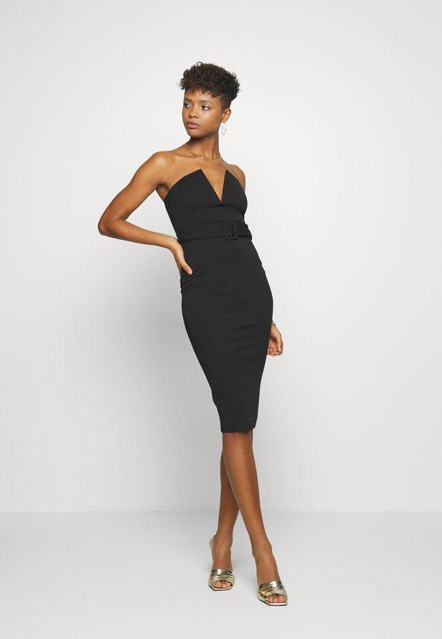 V BAR BELTED MIDI DRESS - Pouzdrové šaty - black