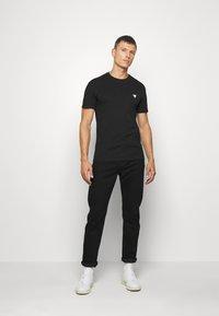 Guess - TEE - Basic T-shirt - jet black - 1