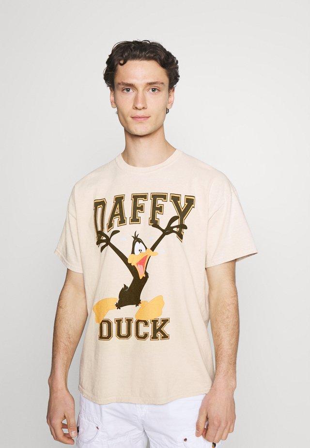 OVERDYED WITH VARSITY DAFFY GRAPHIC UNISEX - T-shirt z nadrukiem - stone