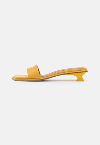 ISLA  - Pantofle - ocre