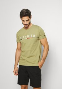 Tommy Hilfiger - GLOBAL STRIPE TEE - T-shirt con stampa - green - 0