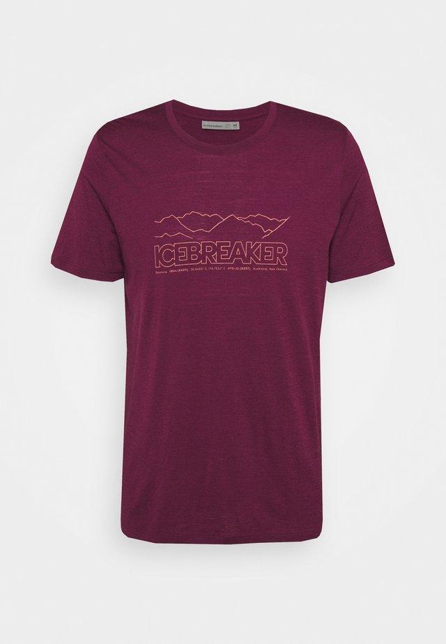 TECH LITE CREWE STORY - Print T-shirt - brazilwood