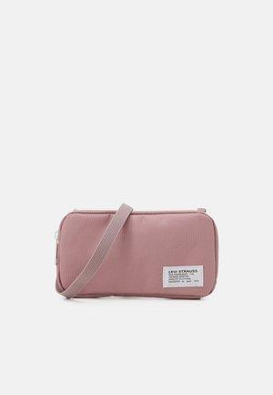 HORIZONTAL LANYARD BAG UNISEX - Taška spříčným popruhem - light pink