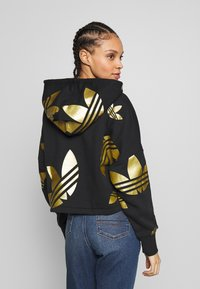 adidas Originals - ADICOLOR LARGE LOGO CROPPED HODDIE SWEAT - Sweat à capuche - black/gold - 2