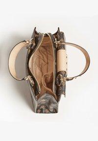 Guess - Handbag - braun - 2