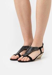 Head over Heels by Dune - NICKOLAS - Sandaletter med kilklack - black - 0