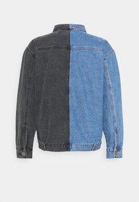 Mennace - SPLICED TRUCKER JACKET - Veste en jean - blue - 1