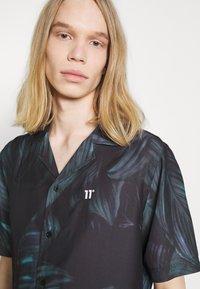 11 DEGREES - TROPCIAL RESORT SHIRT - Camisa - black/green/purple - 5