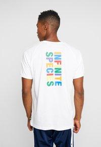 adidas Originals - PHARRELL WILLIAMS 3 STREIFEN TEE - T-shirts print - white - 2