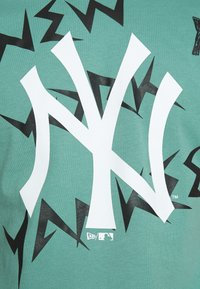 New Era - MLB REPEAT WORDMARK TEE NEW YORK YANKEES - Klubové oblečení - mottled teal - 5