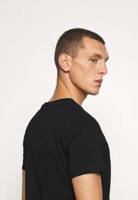 CLOSURE London - SCRIPT TEE - Triko s potiskem - black - 3