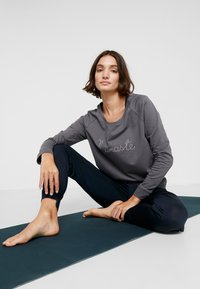 Yogasearcher - WARRIOR - Sweatshirts - carbon - 1