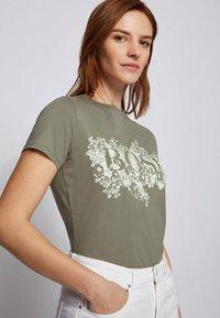 BOSS - C_ELOGO - Print T-shirt - dark green - 3